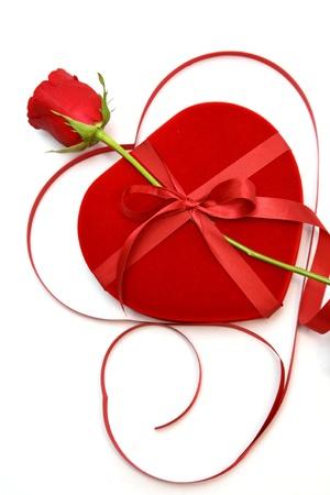 terciopelo rojo: cerca del coraz�n de terciopelo rojo Caja con forma y color de rosa.