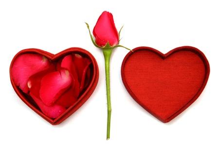 genegenheid: Red Heart Shaped Box en roos. Stockfoto