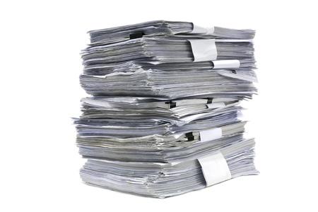 pile papier: pr�s pile de papier sur fond blanc