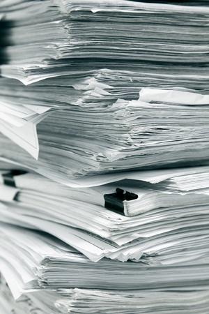 papeles oficina: cerca de pila de papel blanco sobre fondo blanco