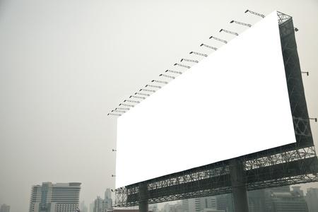affichage publicitaire: Blank billboard sur la ville Banque d'images