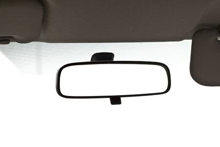 mirar espejo: Cierre de espejo de coche en blanco. Foto de archivo