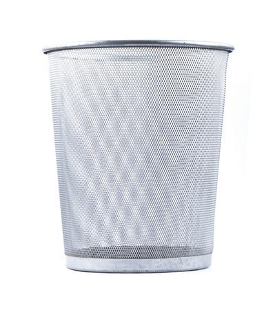 cesto basura: Alambre de Vaciar papelera de metal sobre fondo blanco