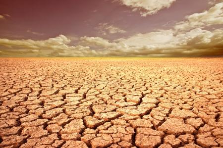 Atterrir avec un sol sec et craquelé. Désert.
