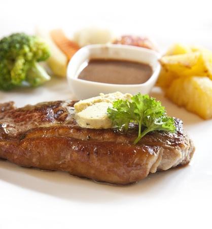 plato del buen comer: primer plano, la carne a la parrilla y verduras en un plato Foto de archivo