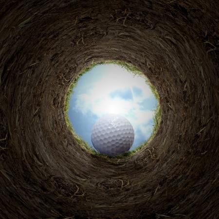 Sfera di golf che cade in tazza.