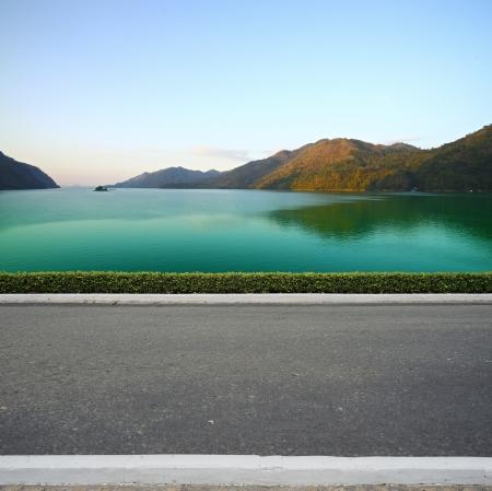 Estrada do lado da praia vista de fundo
