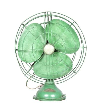 vintage groene elektrische ventilator op een witte achtergrond