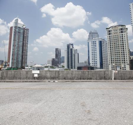 都市駐車場上の街背景。