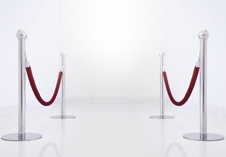 zilveren hek, staander met rode barrière touw.