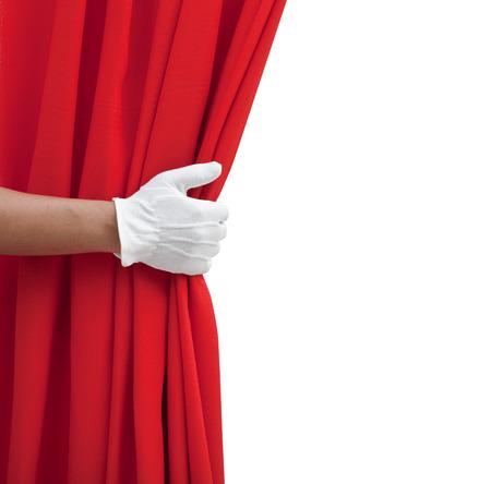 de hand opening rood gordijn op wit.