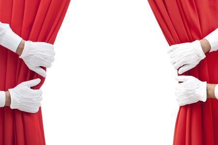 mains ouvrant le rideau rouge sur fond blanc.