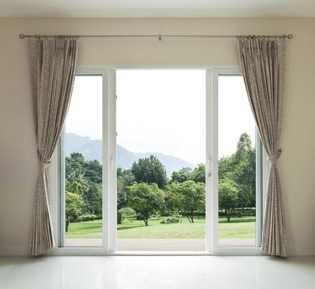 Geopende deur, uitzicht op groene tuin