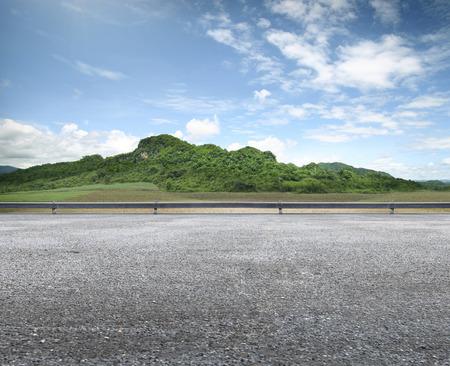美国の道路側のビューと山の背景