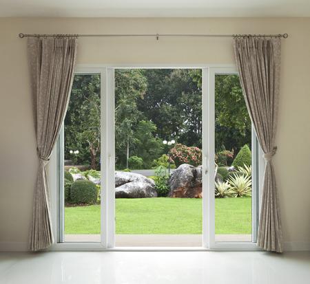 Puerta abierta, verde con vista al jardín Foto de archivo - 28529881