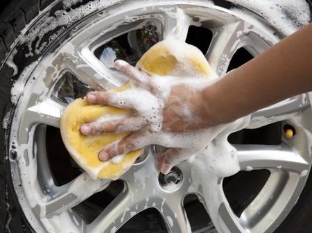 autolavaggio: lavaggio auto con spugna gialla Archivio Fotografico