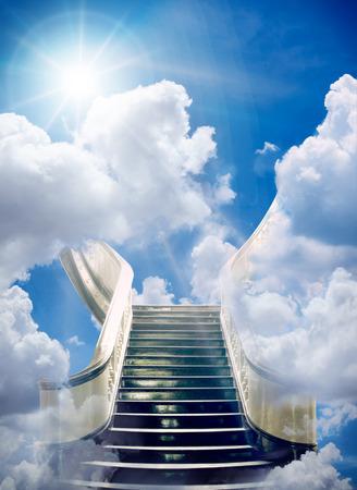 un escalier vers le ciel fond Banque d'images