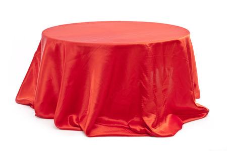 Ronde tafel met rode doek op een witte achtergrond.