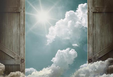 cielo: puertas de madera abiertas al cielo de los cielos Foto de archivo