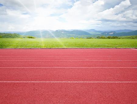 atletiekbaan met groene gras achtergrond