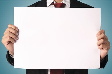letreros: hombre de negocios que muestra el letrero en blanco, Foto de archivo