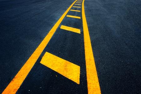 scheidingslijnen: geel scheidslijnen op de snelweg