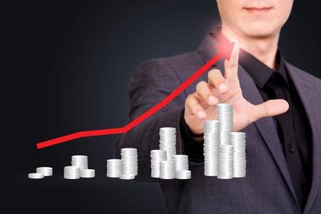 Podnikatel ukazující nebo dotýká obrazovky s grafem peněz Reklamní fotografie
