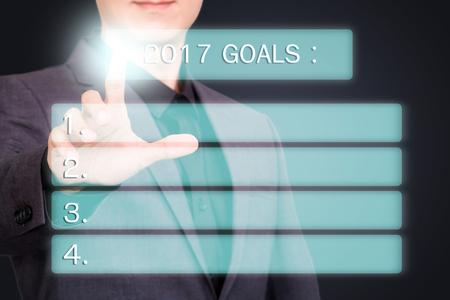 Podnikatel ukazuje nebo dotýká obrazovky virtuálních 2017 cílů