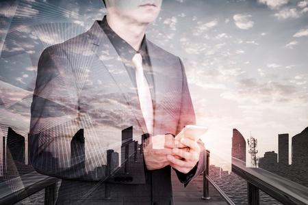 dvojité expozice podnikatele s technologií sociální sítě pozadí. Reklamní fotografie