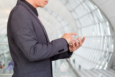 Podnikatel pomocí inteligentní mobilní telefon