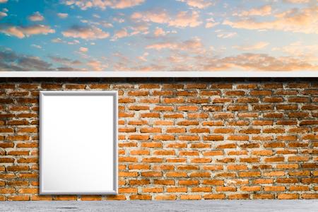 Prázdný billboard za soumraku pro reklamu.