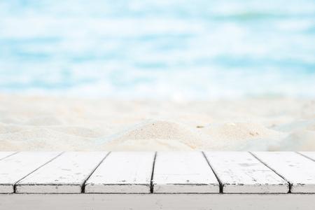 Bílá dřevěná stolní deska pro zobrazovací nebo montážní produkt