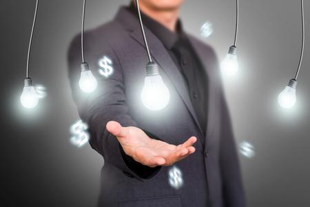 Finance Idea Concept Bulb na virtuální obrazovce