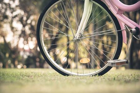 Zblízka části vinobraní kolo na travnatém poli