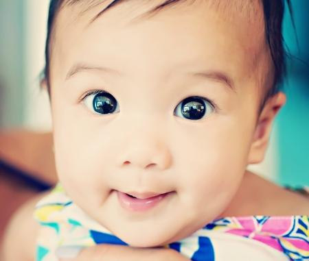 sweet baby girl: Dulce ni�a en el brazo de la madre s