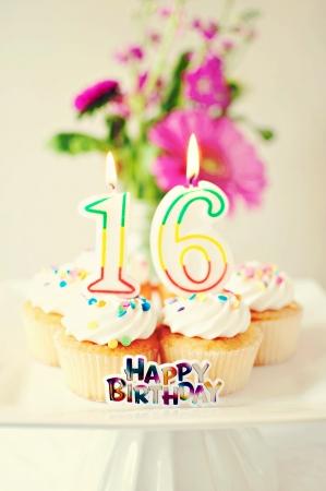 달콤한 열 여덟 살을위한 컵케익과 양초
