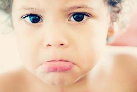 Kleine jongen met droevig gezicht
