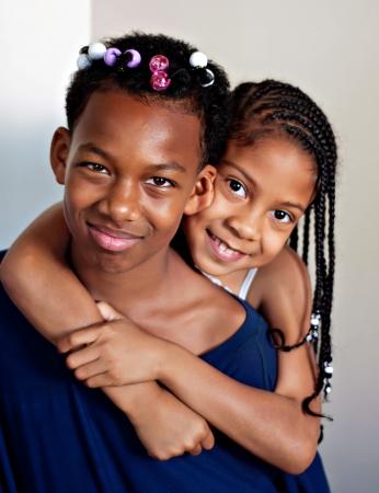 barrettes: ragazzo adolescente con i capelli fatto da sorellina