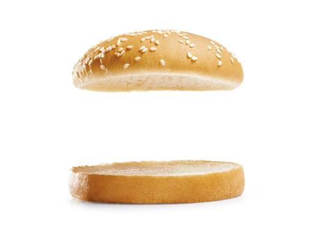 バーガーはパンに孤立した白い背景です。