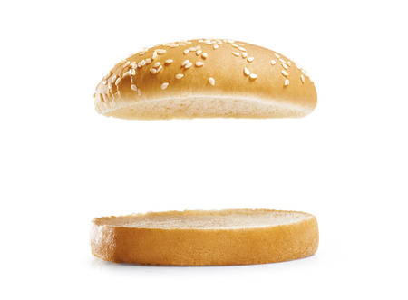 hamburguesa: Pan de hamburguesa aislado sobre fondo blanco.