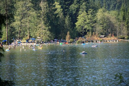 湖は人の観衆