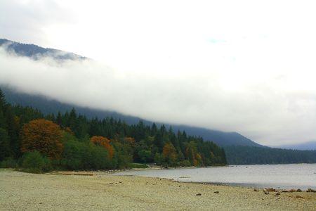 山湖の恵まれた木々 や雲に 写真素材