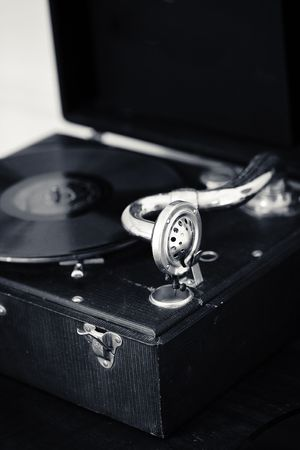 an old fashioned record player focused on the needle and handle