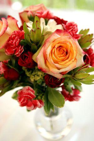 꽃병에 장미와 카네이션 꽃다발은 결혼 피로연에서 테이블 장식 스톡 콘텐츠