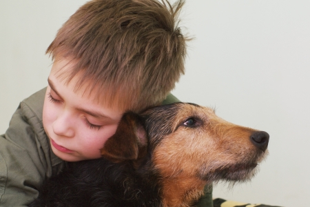 niños tristes: Niño triste con el perro Foto de archivo