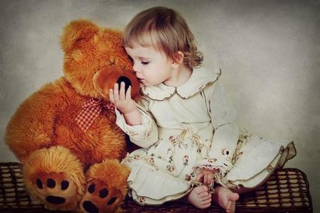 oso de peluche: niña con osito de peluche