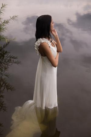 찬물에 웨딩 드레스에 아름다운 섹시한 여자 스톡 콘텐츠