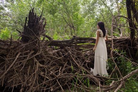긴 흰색 드레스에 걸 레 근처에 소녀. 젊은 신부 방풍