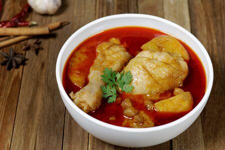 Chicken Mussaman Curry auf weißer Schüssel Standard-Bild
