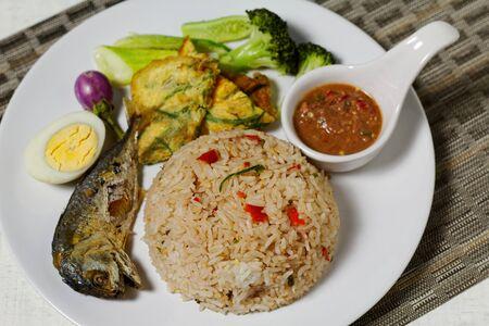 smażony ryż z sosem chili krewetkowym i smażoną makrelą
